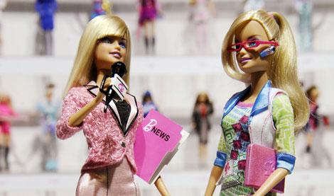 Barbie, vestida para sus nuevas profesiones.| Reuters