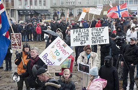Un grupo de islandeses se manifiesta ante el Parlamento contra el pago de la deuda. | AFP