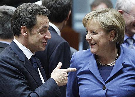 El presidente francés, Nicolás Sarkozy, conversa con la canciller alemana Ángela Merkel.   Reuters