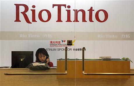 Una repcepcionista en las oficinas en Shanghai de Rio Tinto. | AP