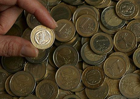 Una persona enseña una moneda de euro de Grecia . | Efe