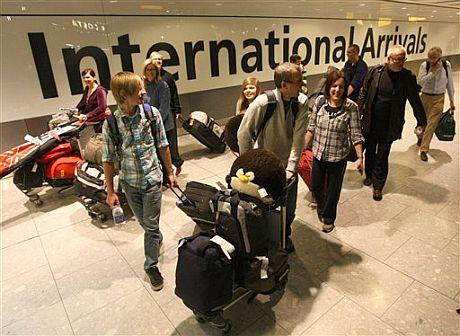 Los primeros pasajeros que han aterrizado en el aeropuerto londinense de Heathrow tras su reapertura. | AP