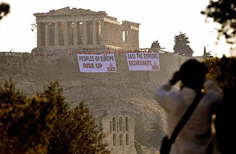 Trabajadores griegos protestan en la Acrópolis. | AP