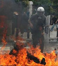 Un policía cae en el fuego. | Ap