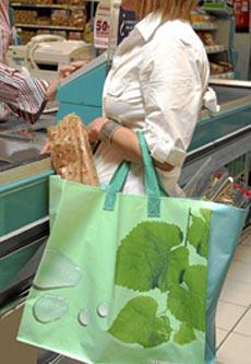 Las bolsas de rafia de Carrefour mantendrán un coste de 50 céntimos. | Marta Arias