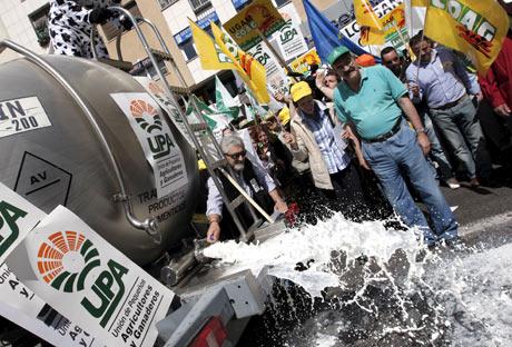 Los ganaderos han protestado derramando leche de un camión cisterna. | Efe
