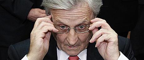Jean-Claude Trichet se ajusta las gafas antes de la rueda de prensa. | Reuters
