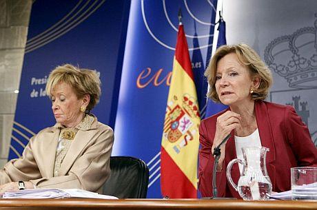 Las vicepresidentas primera y segunda del Gobierno, María Teresa Fernández de la Vega (i), y Elena Salgado.   Efe