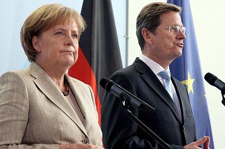 La canciller alemana, Angela Merkel, explica el plan con el ministro Guido Westerwelle. | Efe