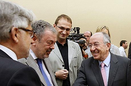 El gobernador del Banco de España, Miguel Ángel Fernández Ordóñez, saluda a miembros de los grupos parlamentarios antes de su comparecencia en la Comisión de Economía del Congreso. | Efe