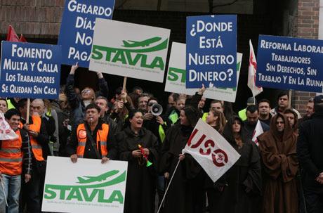 Trabajadores de Air Comet protestan ante la seda de la CEOE el pasado mes de enero. | Begoña Rivas