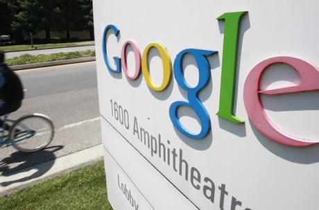 Un trabajador de Google monta en bicicleta delante de la sede de la compañía, en Mountain View, California.   AP