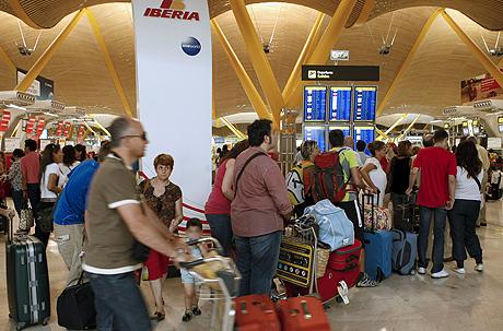 Pasajeros esperan a facturar su equipaje este martes en Barajas. | Efe