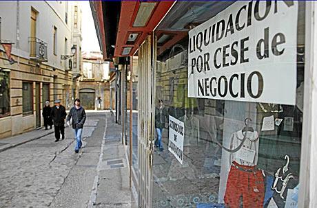 La crisis se ha llevado por delante a númerosos pequeños negocios. En la imagen, un comercio cerrado en León.   Lafototeka