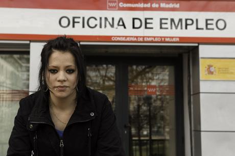 Una joven frente a una oficina del Inem el pasado mes de febrero. | Gonzalo Arroyo