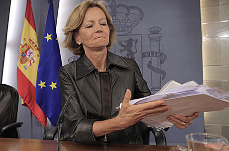 La ministra de Economía, Elena Salgado, al comienzo de la rueda de prensa posterior al Consejo de Ministros. | Antonio Heredia