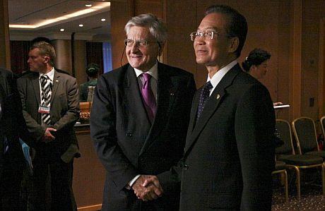 El primer ministro chino, Wen Jiabao (d), y Jean-Claude Trichet.   Efe