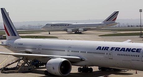 Dos aviones, en el aeropuerto parisino Roissy-Charles de Gaulle.   Efe