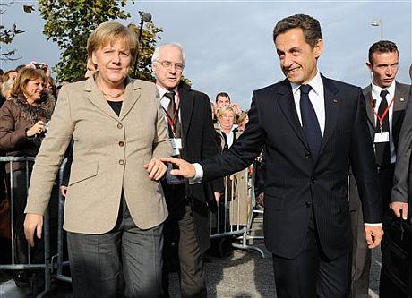 El presidente francés Nicolas Sarkozy junto a la canciller alemana Angela Merkel durante su encuentro en Deauville (Francia). | AP
