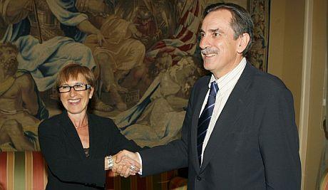 El Ministro de trabajo, Valeriano Gómez (d) y la consejera de Empleo de Catalunya, Mar Serna.   Efe