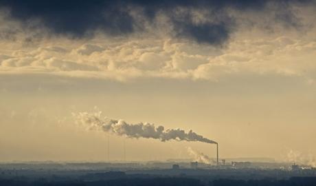 El humo de la chimenea de una fábrica cubre el cielo de Plattling, Alemania. | Efe