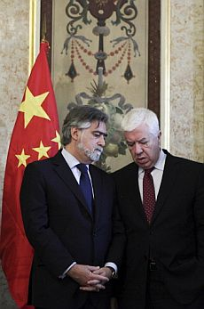 El ministro portugués de Asuntos Exteriores, Luis Amado (izq.) y el ministro portugués de Finanzas, Teixeira dos Santos. | Reuters