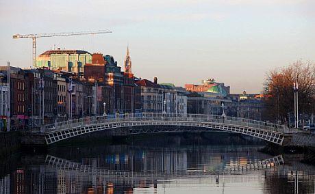 Un puente sobre el río Liffey en Dublín. | Afp