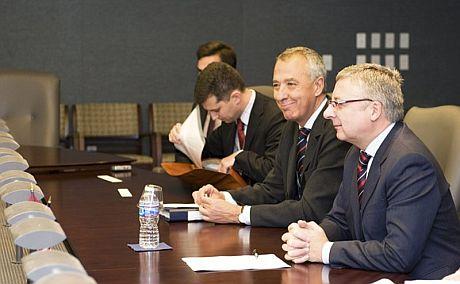 El ministro de Fomento, José Blanco (d), durante el encuentro en Washington con el secretario de Transportes estadounidense.   Efe