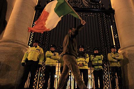 Un hombre protesta ante el Departamento de Finanzas en Dublín. | AP
