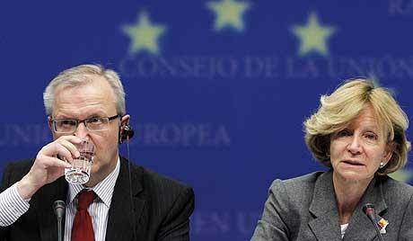 Salgado y el comisario europeo Olli Rehn durante la aprobación del nuevo mecanismo.   Reuters