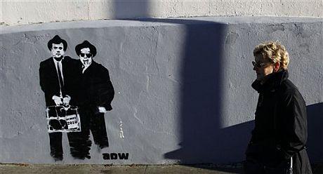 Una pintada en Dublín con la imagen del primer ministro irlandés y el ministro de Finanzas.   AP