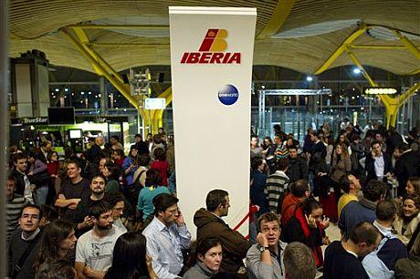 Colas en Madrid-Barajas. | AP