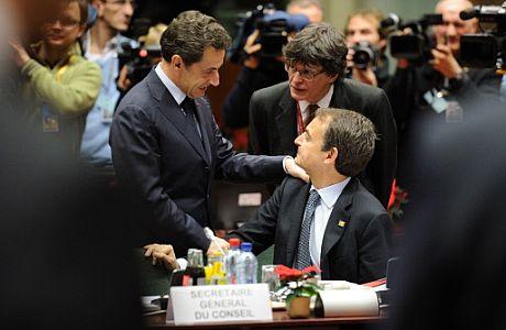 El presidente francés, Nicolas Sarkozy (izq.), saluda al presidente del Gobierno. | Afp