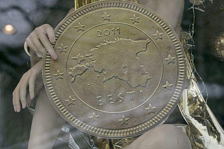 Una réplica de una moneda de euro con el mapa de Estonia. | Efe