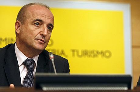 El ministro de Industria, Turismo y Comercio, Miguel Sebastián, durante la rueda de prensa.   Efe
