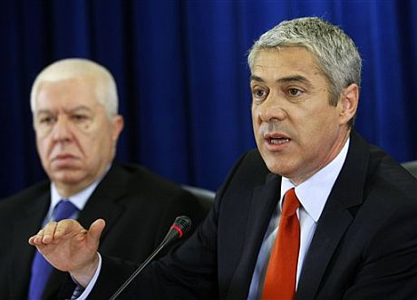 El primer ministro portugués José Socrates, derecha, junto al ministro de Finanzas, Fernando Teixeira Dos Santos. | AP