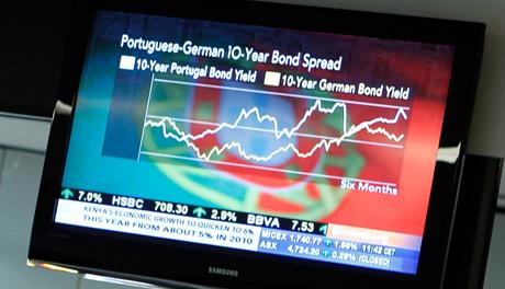Un televisor muestra el resultado de la subasta con la bandera portuguesa de fondo.   AP