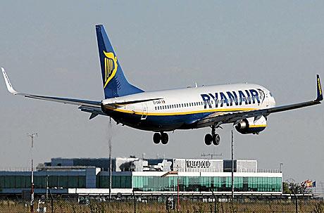 Un avión de Ryanair despega del aeropuerto de Valladolid.   R. Álvarez Cacho