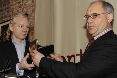 Rudolf Elmer entrega su lista de evasores a Julian Assange. | AP