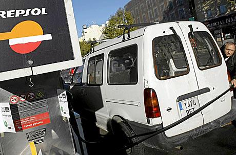 Un hombre echa gasolina en una estación de servicio.   Reuters