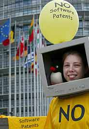 Manifestante frente al Parlamento Europeo en Estrasburgo. (Foto: EFE)