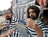 Manisfestantes en contra de las patentes de 'software' frente al Parlamento Europeo el día de la votación (Foto: AP)