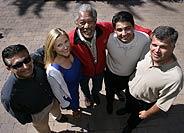 Morgan Freeman, con parte del equipo de Revelations Entertainment (Foto: AP)