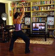 Una jugadora se entrena frente a la pantalla de su TV con 'Eye Toy: Kinetic'