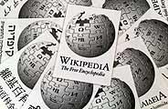 Varios folletos con el logotipo de la 'Wikipedia' (Foto: EFE)