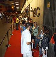 Cola en la calle Preciados de Madrid. (Foto: Sony España)