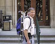 Larry Rome, profesor del Departamento de Biología de la Universidad de Pensilvania, posa con la mochila. (Foto: Upenn.edu)