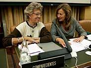 La presidenta de la Asociación de Artistas Intérpretes Sociedad de Gestión, Pilar Bardem (izda.) y la presidenta de la Comisión de Cultura, Clementina Díez de Baldeón, durante la comparecencia de la actriz en el Congreso. (Foto: EFE)