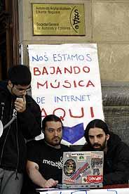 Los activistas descargaron música de la Red en la misma puerta de la sede de SGAE en Bilbao. (Foto: Carlos garcía)