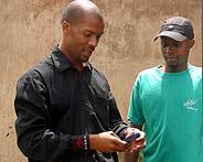 Un comercial de la banca Wizzit da explicaciones con un móvil a un posible cliente en el suburbio de Soweto (Foto: REUTERS)